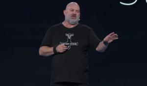 Topman Amazon houdt toespraak in t-shirt Amsterdamse rapformatie Osdorp Posse